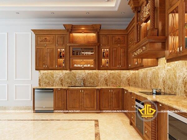 Sự đối xứng của tủ bếp với những đường vân và chạm khắc nâng tầm thẩm mỹ