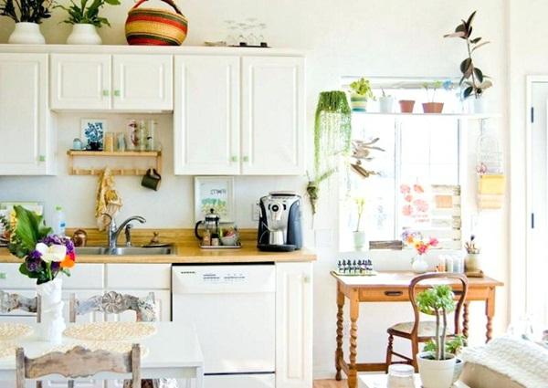 Sơn tường màu đỏ nổi bật giữa gam màu trắng của tủ bếp hiện đại